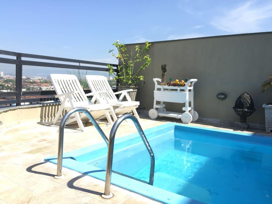 Teremos um piscineiro duas vezes por semana para cuidar do azul límpido na sua estada.