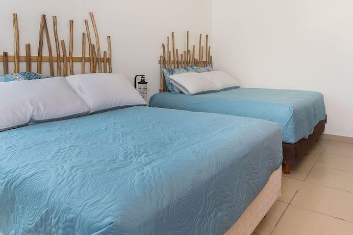 Recámara 4 Habitación con 2 camas dobles, ideal para compartir una familia de 4. Habitación cuenta con ventilador de pedestal.