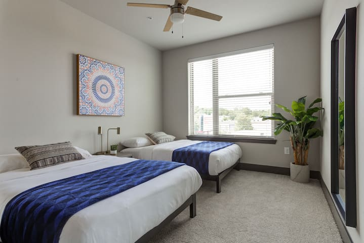 Guest bedroom (2 full beds)