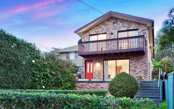 5 Bedroom Home - Walk to Manly!