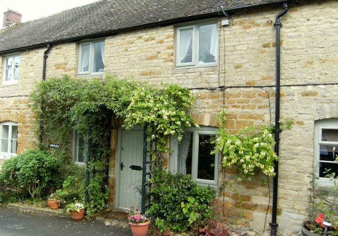 Odd Cottage in Oddington
