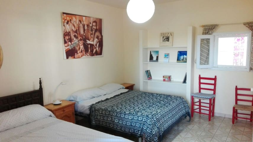 Completely separate room with air conditioner - Sant Antoni de Portmany - Haus
