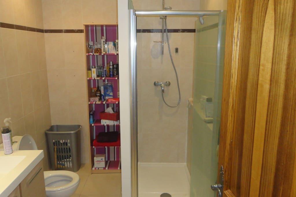 Salle de bain à partager / Shared bathroom