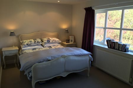 Large Double Room with En-Suite - Hale