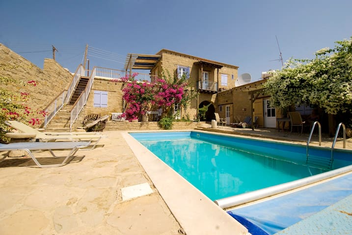 Myrto stone built villa with pool - Tochni - Apartament