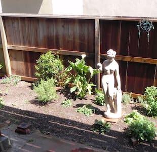 The Artist's Garden Studio - Lakás