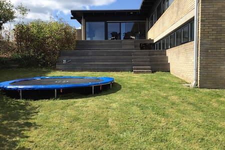 Arkitekttegnet udsigts villa - Skødstrup - Dom