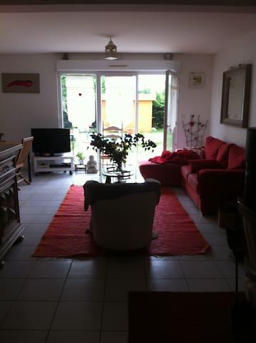 simple et familial,jardin terrasse - Saint Aubin de Médoc - Casa