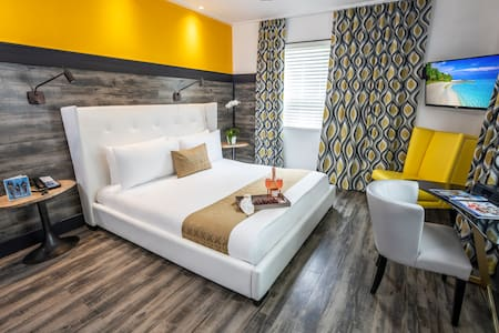 Chic Room with Queen Bed at the Catalina Hotel, 2 Pools, 2 Restaurants, Rooftop Sundeck, Steps to the Beach