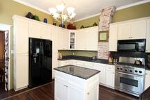 guest can use this fully equipped gourmet kitchen