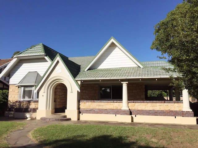spacious warm house - Glenside - Huis