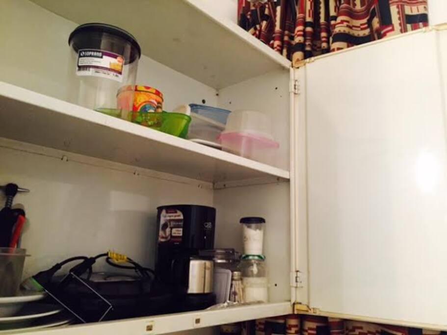 Possui uma cafeteira, sanduicheira e utensílios para cozinha
