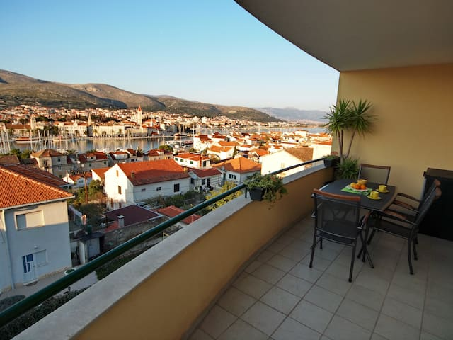 AMAZING VIEW with PARKING INCLUDED- TROGIR CITY - Trogir - Lägenhet