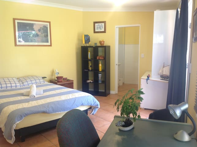 Large room & ensuite private access - Wavell Heights - Huis