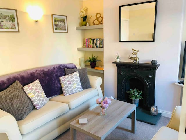 Cosy Bunny Cottage, heart of Ashbourne (parking)