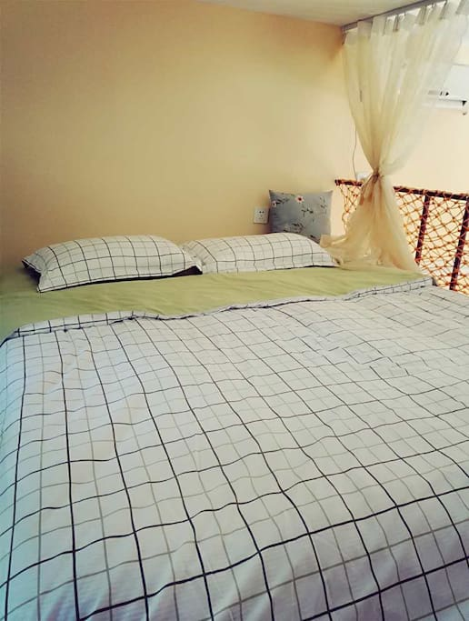 二层夹层作为卧室空间布置了1.8米的舒适榻榻米式大床,和起居室上下分开相对私密。