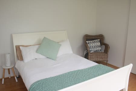 Beachy one bedroom garden studio - North Narrabeen - Sommerhus/hytte