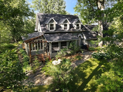 The Good Northern—A Film-Themed Waterfront Cottage