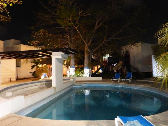 Comfortable private room in a secure area - Ciudad del Carmen - House