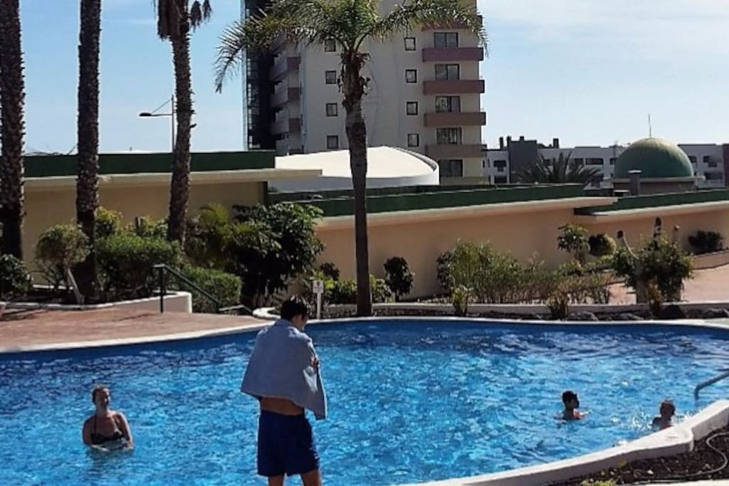 Complejo con deos grandes piscinas con vistas al mar, mesa de ping pong, pistas de Tenis.
