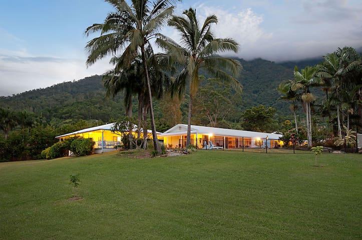 Jungara Cairns B&B- Cassowary Room - Redlynch - Bed & Breakfast