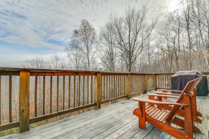 Luxury home w/ private hot tub, deck, pool table, game room & mountain views!
