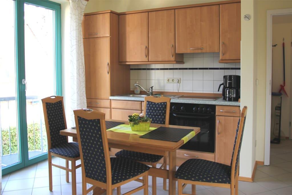 Integrierte Küchenzeile mit Esstisch