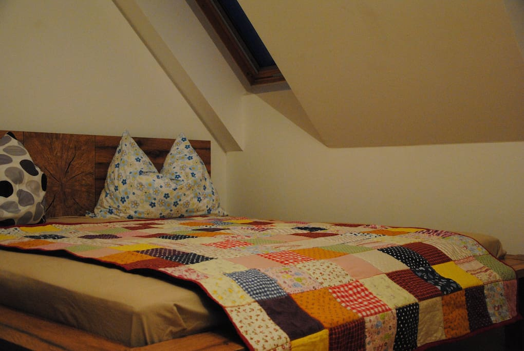 Beedroom upstairs with our comfy Kingsizebed