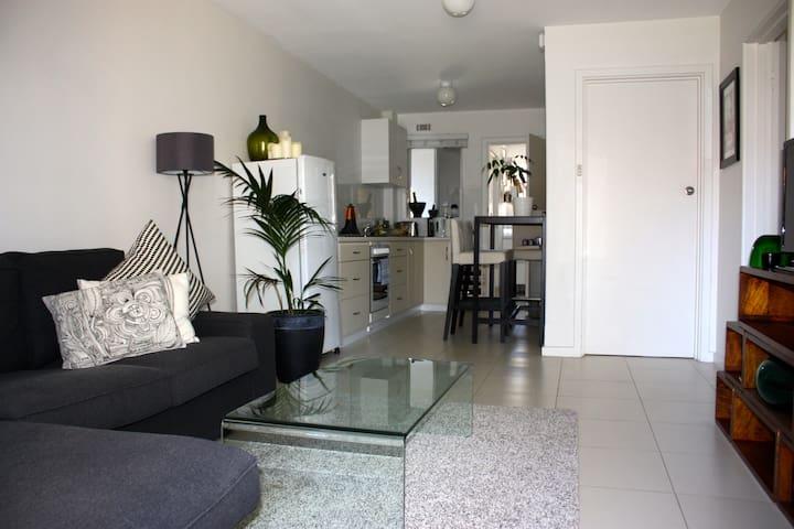 Perfect Location - Claremont - Apartment