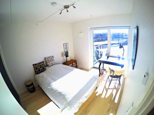 Soveværelse. 200*140 cm seng/Bedroom. 200*140 cm bed