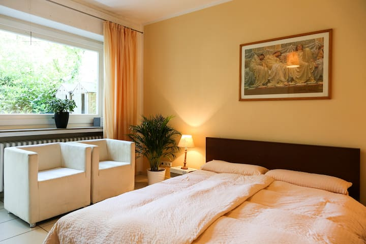 Zentru(SENSITIVE CONTENTS HIDDEN)ah und ruhig - Bonn - Bed & Breakfast