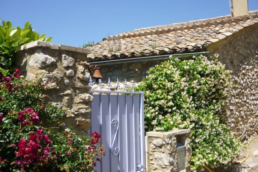 Maison typiquement provençale en pierres du pays