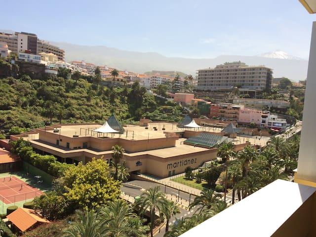 Blick vom Balkon auf den Teide (höchster Berg Spaniens).