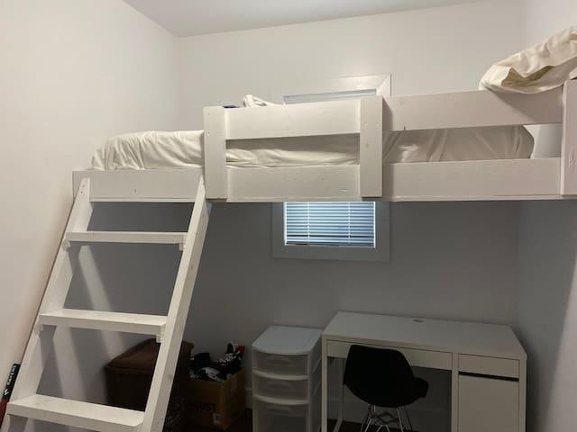 Lovely Bedroom - Close to Lansdowne and Carleton U