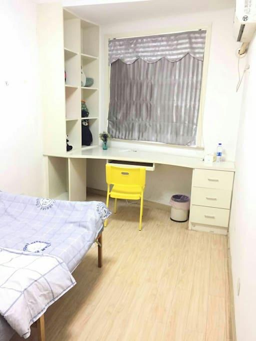 完善了家具的小房间,下一步是挂相框啦。app上传的照片好模糊,等下班回家更新一下。