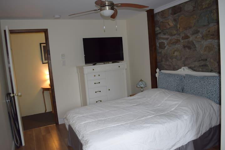 Bedroom #3 Rez de Jardin - with private bathroom