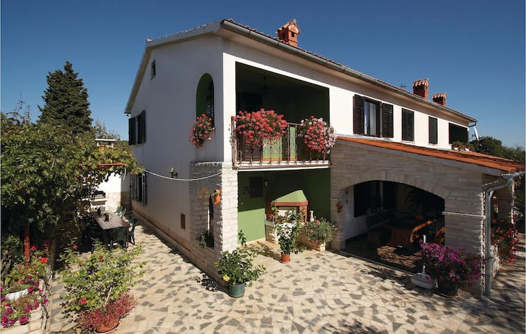 Semi-Detached with 3 bedrooms on 142 m² in Manjadvorci