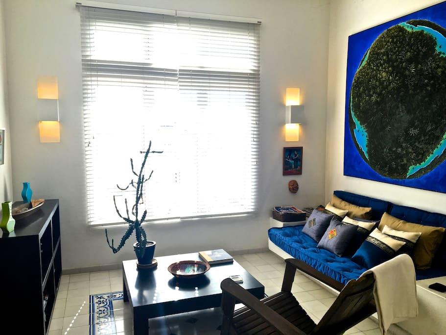 Espacio abierto de sala/comedor. Un buen espacio para relajar y hay un pequeño colchón para un niño o un amiguito ☺