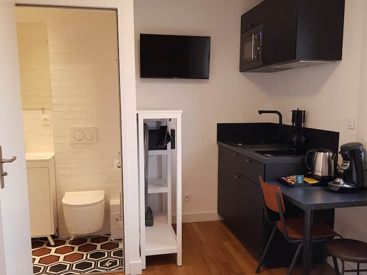 Quiet double room with its equipped kitchen