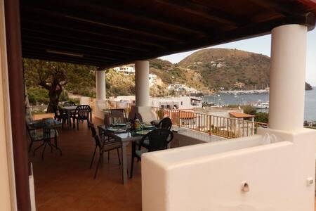 Villa panoramica, 100m. dal mare, 400 dal porto. - Lipari