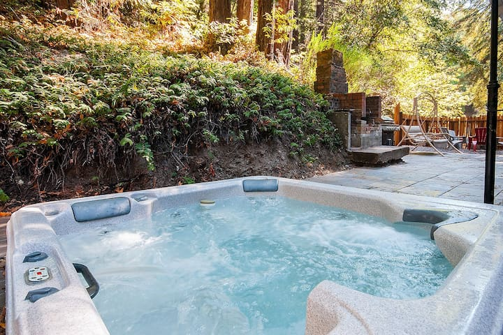Casa Rossa (HOT TUB!! Close to downtown!!)