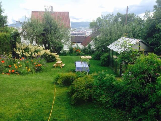 Romantisk gjestehus med tilgang til stor hage!