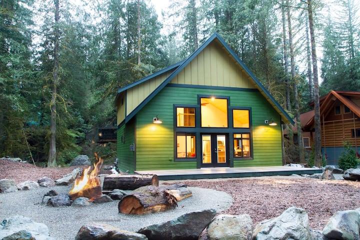New Luxury Snowline Chalet 🌿Heated Pool, Fire Pit