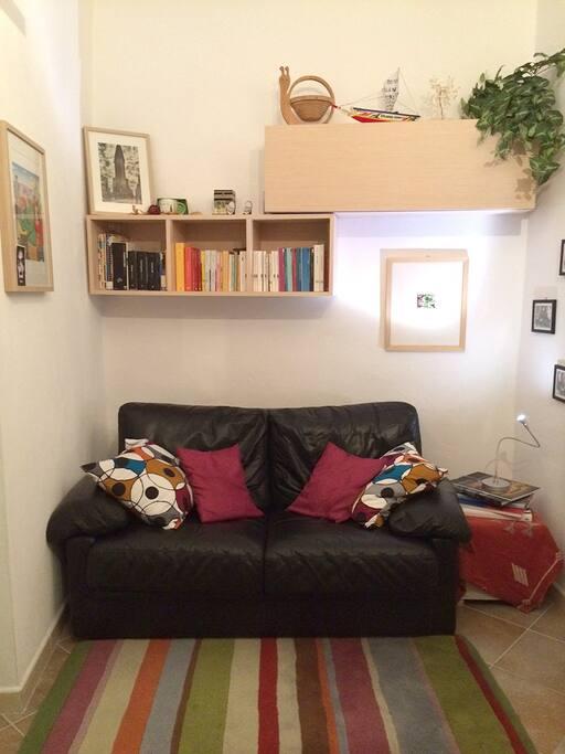 Ingresso con libreria, divano e tv