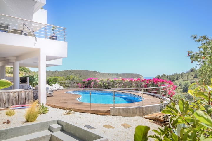 Luxury 5 Bed Villa with Pool & Stunning Sea Views.