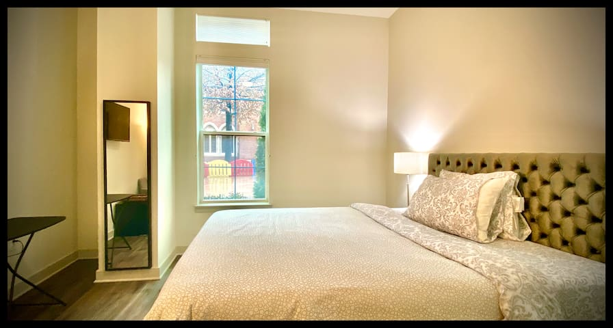 Luxurious Downtown Stay, Free Garage Parking!
