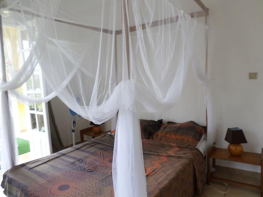 avec lit baldaquin et moustiquaire