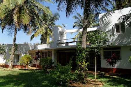 Bedroom in Villa with large garden - Bangalore