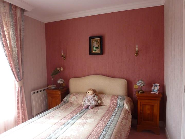 Chambre double lumineuse 2 P 42 euros. P. Dej incl