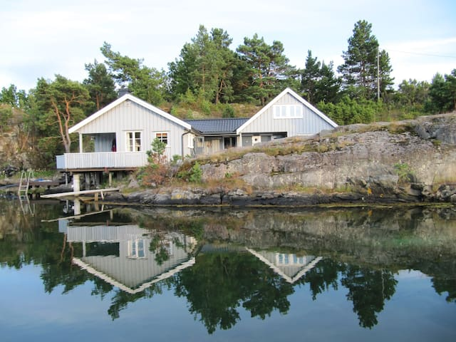 Cottage by the sea, good standard - Tvedestrand - Stuga